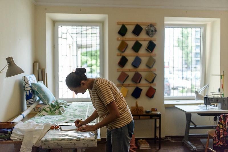 Sylwia Biegaj w swojej pracowni renowacji mebli przy ul. Brzeskiej
