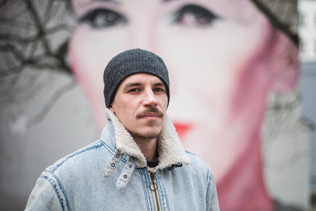 Bruno Althamer przy muralu z Korą