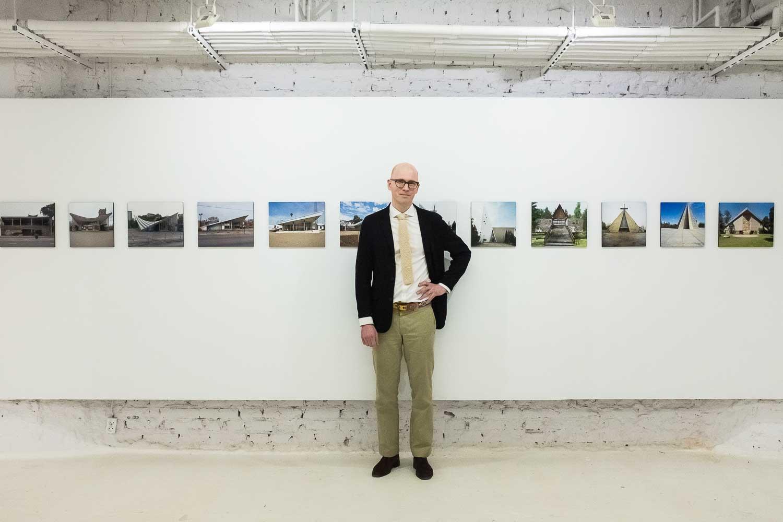 Nicolas Grospierre na swojej wystawie w Instytucie Fotografii Fort